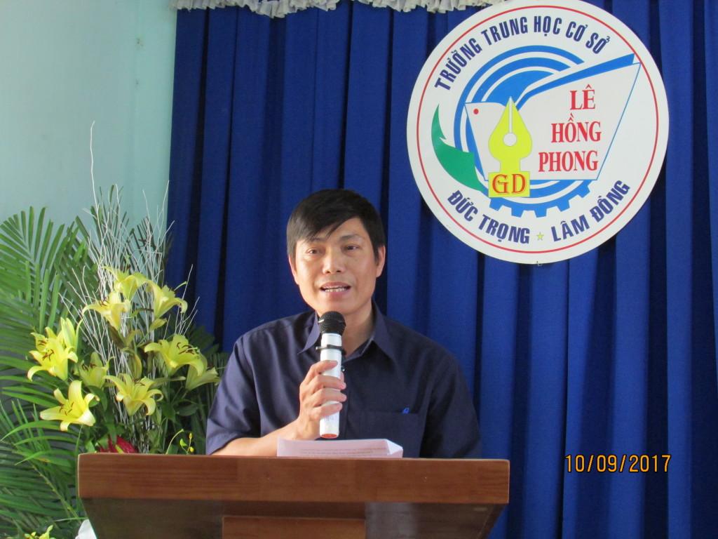 Ông Võ Văn Phương phó ban ĐD Hội cha mẹ HS đọc báo cáo hoạt động năm học 2016 - 2017 và chương trình hoạt động năm học mới