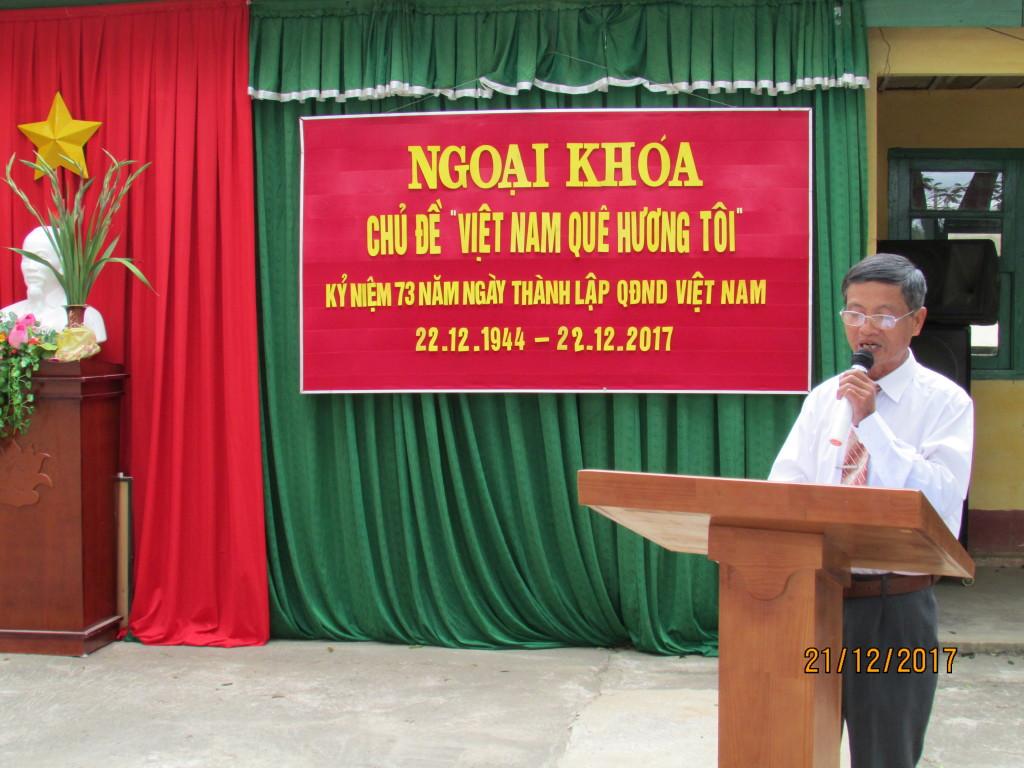 Thầy Đặng Văn Lệ tổ trưởng khai mạc ngoại khóa và ôn lại truyền thống về Quân đội ta