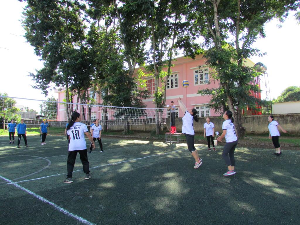 Trận bóng nữ Nguyễn Trãi và DTNT