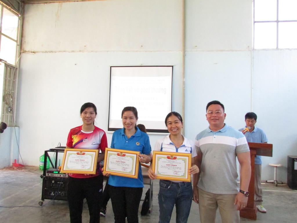 Đại diện các đội nữ nhận giải