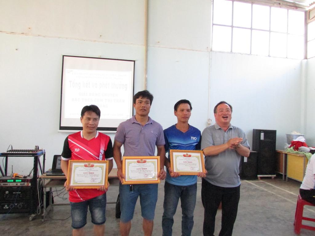 Đại diện các đội nam nhận giải