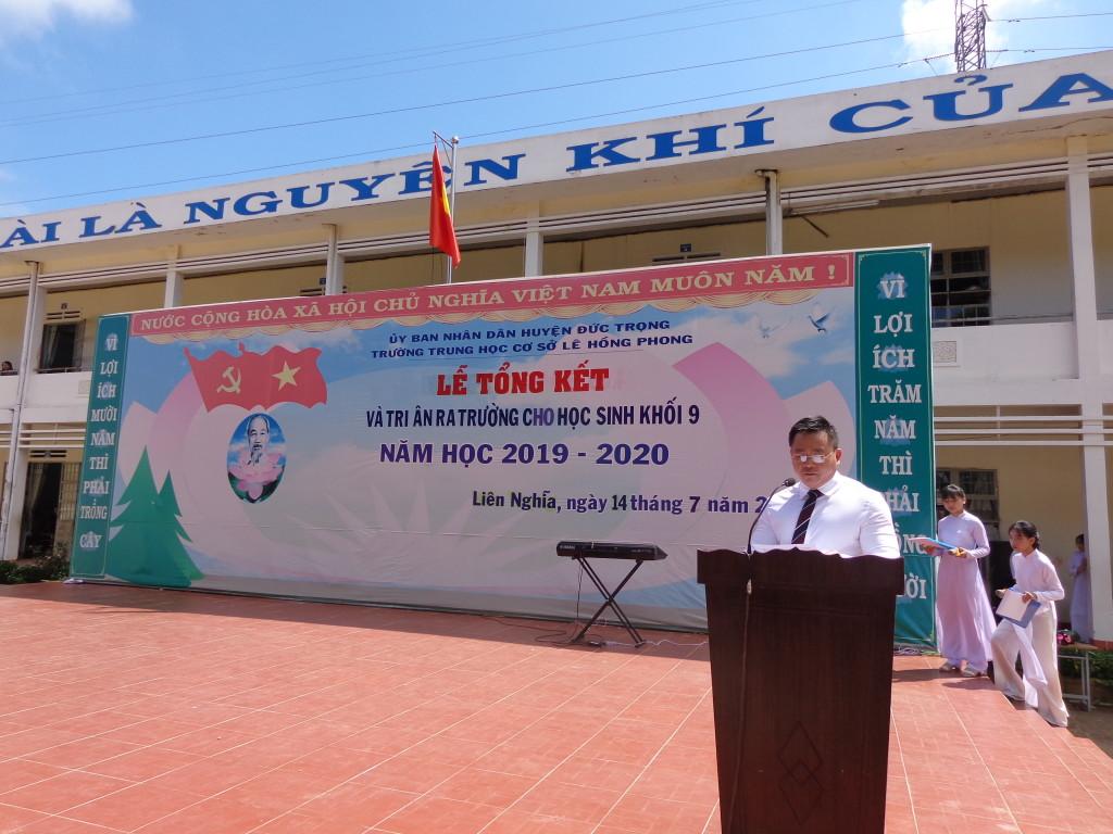 Thầy Võ Văn Huy phát biểu trong lễ tri ân.