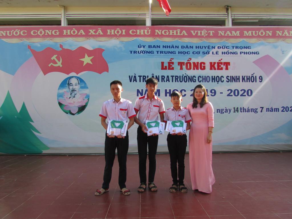 Phát quà của Diễn đàn Vật lý Lâm Đồng cho các em đạt giải HSG cấp tỉnh môn Vật Lý