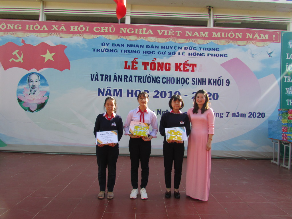 Phát giấy chứng nhận cho HS đạt giải các cuộc thi Toán Tiếng anh, tiếng anh trên mạng.