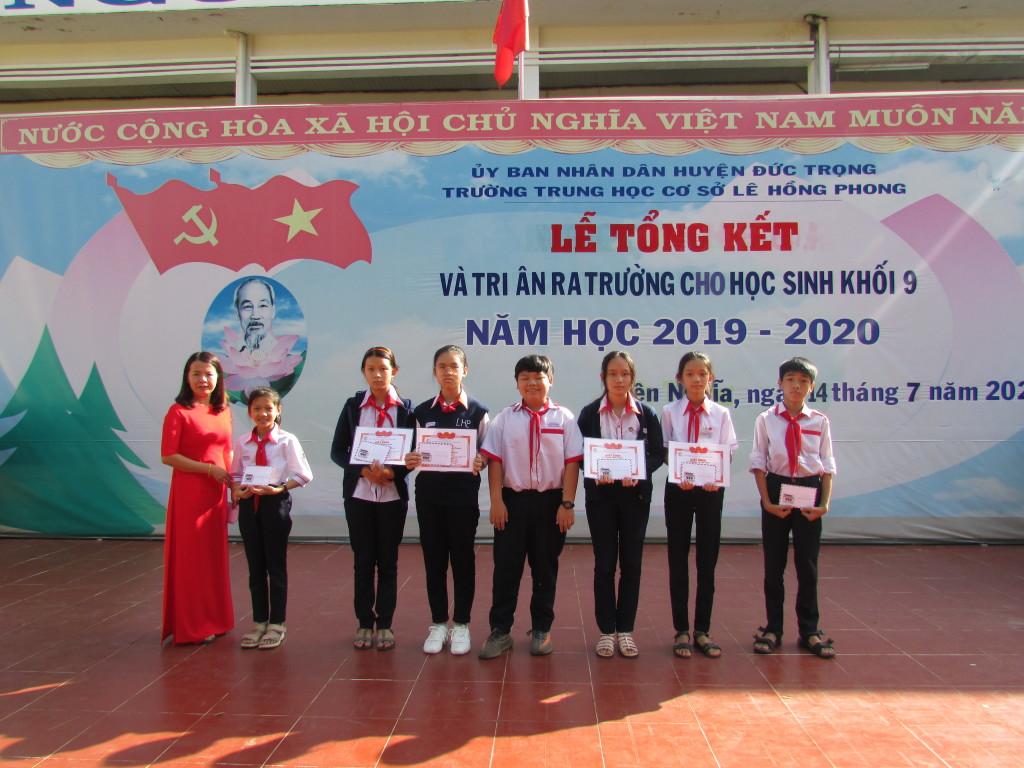 Phát thưởng HS tham gia các phong trào Đoàn - Đội