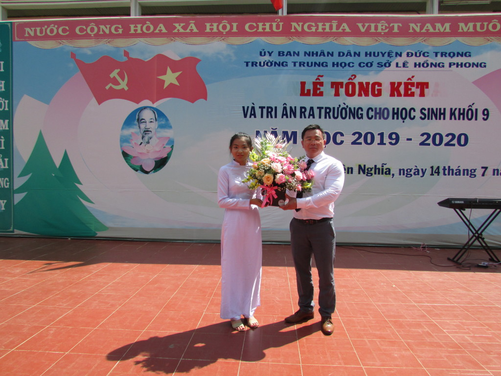 Thầy Võ Văn Huy nhận hoa HS lớp 9 tặng.