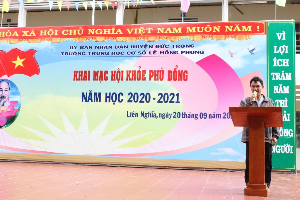 Thầy Phạm Công Năng đại diện ban trọng tài phát biểu.
