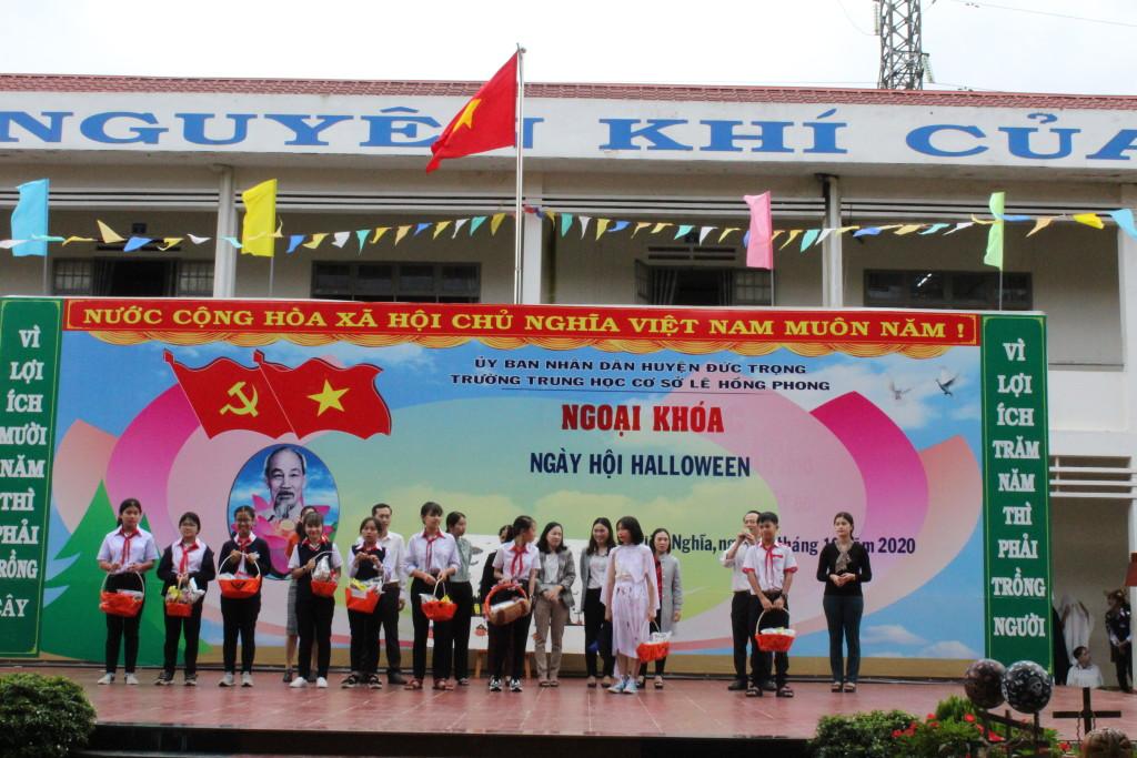 GVCN tặng qua Haloween cho học sinh tham gia lễ hội