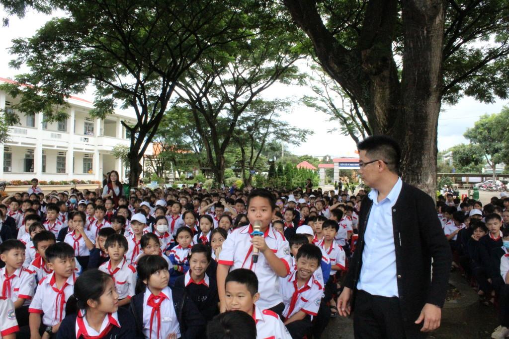 Các em HS lớp 6 tham gia tìm hiểu lễ hội Haloween
