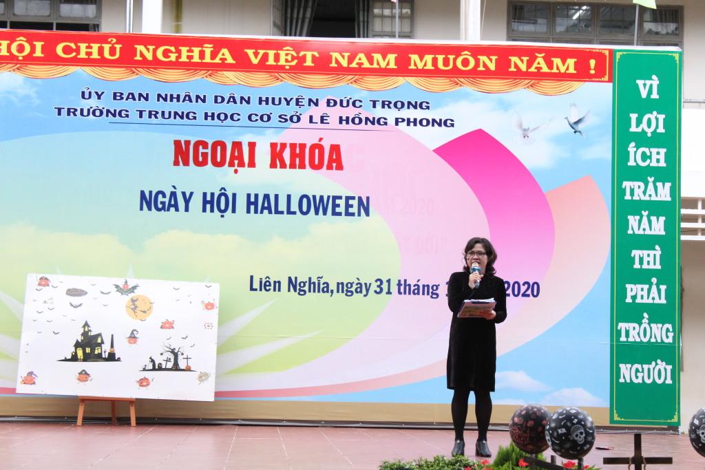 Cô Hương, tổ trưởng tổ Anh công bố kết quả hội thi.