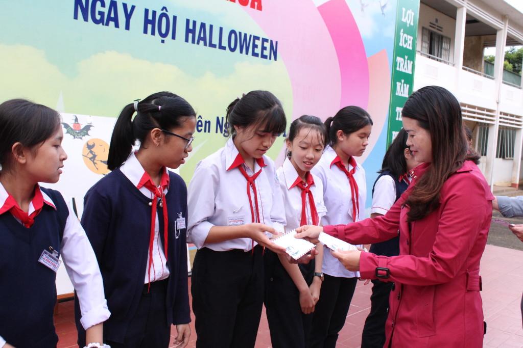 Thầy Võ Văn Huy và cô Nguyễn thị Huệ phát thưởng cho các lớp đạt giải