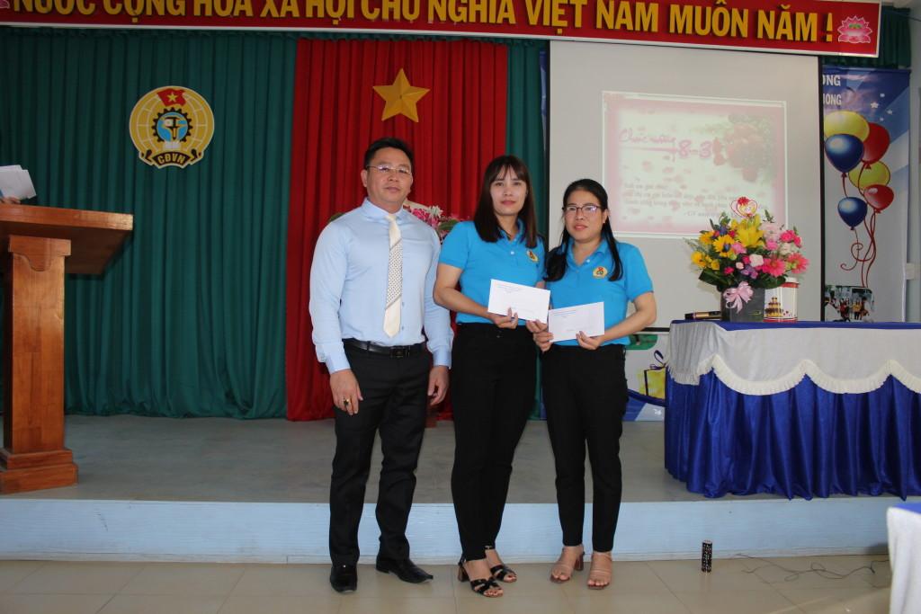 Đ/c Võ Văn Huy trao quà của BGH cho 2 nữ GV tham gia giáo viên giỏi cấp tỉnh năm học 2020 - 2021.