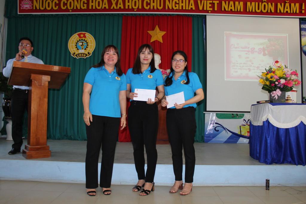 Đ/c Nguyễn Thị Quý phó chủ tịch thay mặt BCH công đoàn trao quà cho 2 nữ GV tham gia GVG tỉnh
