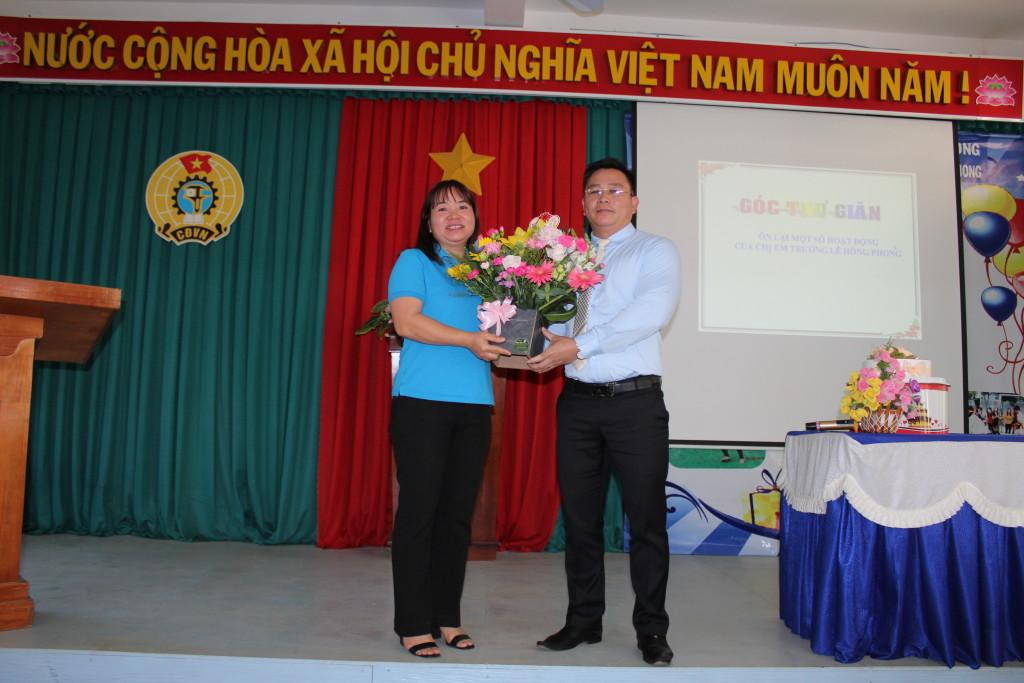 Đ/c Võ Văn Huy thay mặt cho các Nam công đoàn viên tặng hoa.