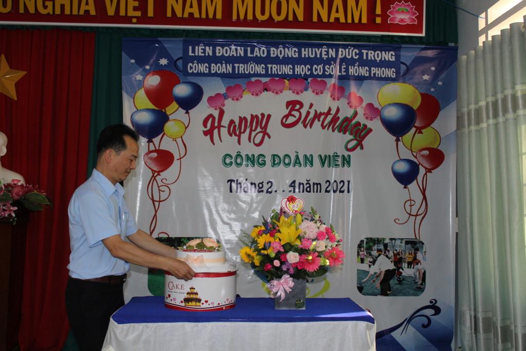 Đ/c Lê Thành Chung là một trang các Đoàn viên nhận quà sinh nhật trong buổi sinh hoạt