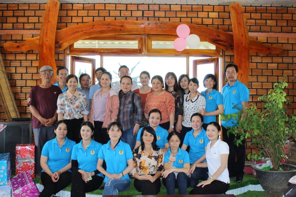 GV, PH chụp hình cùng đại diện khu du lịch Bến Xuân.