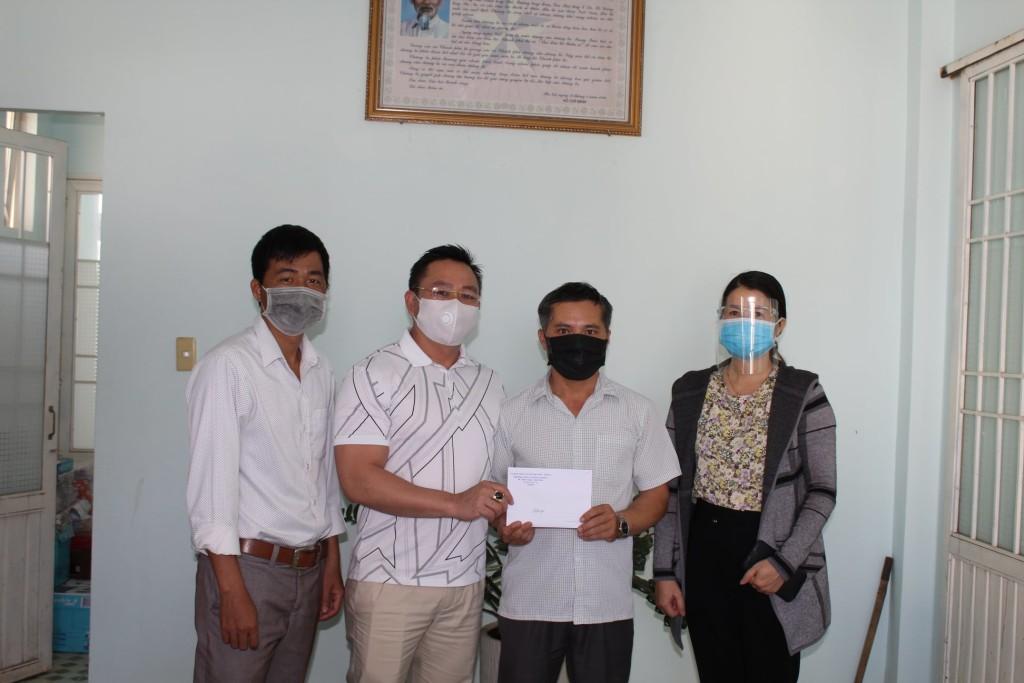 Đồng chí Nguyễn Văn Sơn chủ tịch MTTQVN TT Liên Nghĩa nhận ủng hộ quỹ phòng chống Covid 19 từ đại diện BGH, Công đoàn trường THCS Lê Hồng Phong, thay mặt Ban phòng chống dịch đồng chí Sơn cảm ơn sự chung tay ủng hộ của nhà trường.